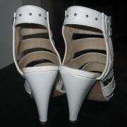 sandale albe detaliu spate